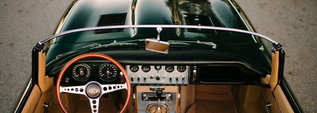 1961, Jaguar Type E, un modèle sportif de grand tourisme.
